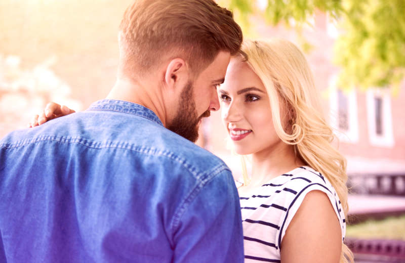 How Shy Guys Attract Women Without Any Words (Video)