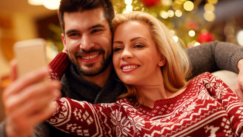 How To Pick Up Hot Women This Holiday Season (Using Only Your Phone)