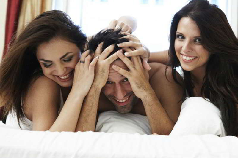 Polyamorous Dating: The Ultimate Guide to Successfully Dating Multiple Women