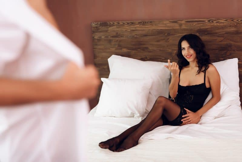 """How To Bang Hot Younger Women as a 40+ Man (No """"Convincing"""" Or $$$ Necessary)"""